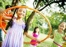 Bambini che giocano concetto allegro di esercizio del cerchio Fotografia Stock