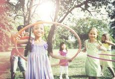 Bambini che giocano concetto di attività del hula-hoop immagini stock