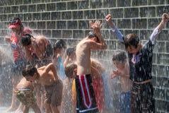 Bambini che giocano divertendosi sotto la cascata Fotografia Stock Libera da Diritti
