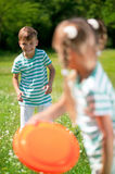 Bambini che giocano frisbee Immagine Stock