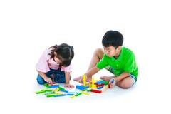 Bambini che giocano i blocchetti di legno del giocattolo, su fondo bianco Fotografie Stock Libere da Diritti