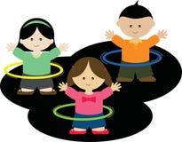 Bambini che giocano i cerchi di hula Immagine Stock