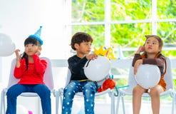 Bambini che giocano i palloni nella festa di compleanno fotografie stock