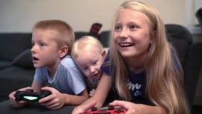 Bambini che giocano i video giochi stock footage