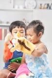 Bambini che giocano il burattino di mano Fotografia Stock Libera da Diritti