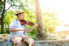 Bambini che giocano il violino di musica fotografia stock