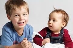 Bambini che giocano insieme Fotografie Stock Libere da Diritti