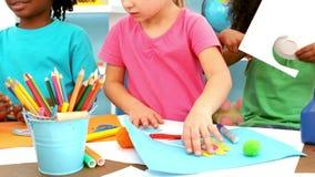 Bambini che giocano insieme alle arti ed agli elementi dei mestieri stock footage