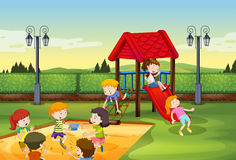 Bambini che giocano insieme nel campo da giuoco Fotografia Stock
