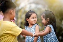 Bambini che giocano insieme nel parco Fotografia Stock Libera da Diritti