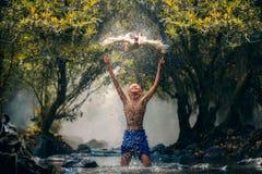 Bambini che giocano l'anatra del fermo in fiume Immagini Stock Libere da Diritti