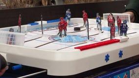Bambini che giocano l'hockey della tavola stock footage