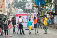 Bambini che giocano la palla del canestro alla via del parco, Calcutta Fotografie Stock