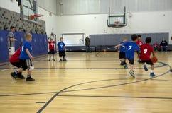 Bambini che giocano la partita di pallacanestro Immagini Stock Libere da Diritti