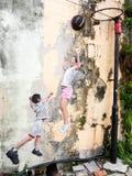 Bambini che giocano la via Art Piece a Georgetown, Pena di pallacanestro Fotografia Stock