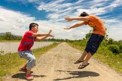 Bambini che giocano le arti marziali Immagini Stock Libere da Diritti