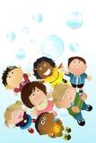 Bambini che giocano le bolle Fotografia Stock