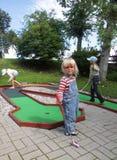 Bambini che giocano mini golf immagine stock