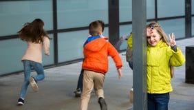 Bambini che giocano nascondino all'aperto Fotografie Stock Libere da Diritti