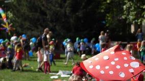 Bambini che giocano nel campo da giuoco del parco archivi video