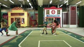 Bambini che giocano nel centro di spettacolo stock footage