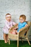 Bambini che giocano nel cortile Fotografie Stock