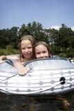 Bambini che giocano nel fiume fotografie stock libere da diritti