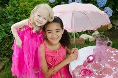 Bambini che giocano nel giardino Fotografia Stock