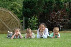 Bambini che giocano nel giardino. Immagini Stock Libere da Diritti