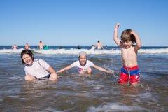 Bambini che giocano nel mare Fotografia Stock