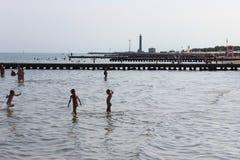 Bambini che giocano nel mare Fotografia Stock Libera da Diritti