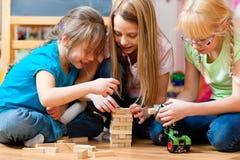 Bambini che giocano nel paese Fotografie Stock Libere da Diritti
