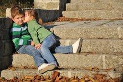 Bambini che giocano nel parco di autunno Immagine Stock