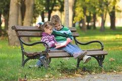 Bambini che giocano nel parco di autunno Fotografia Stock Libera da Diritti