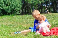 Bambini che giocano nel parco di estate Fotografie Stock Libere da Diritti