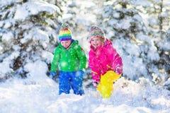 Bambini che giocano nel parco nevoso di inverno Fotografie Stock