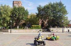 Bambini che giocano nel quadrato davanti al museo di storia di Orenburg La Russia Immagini Stock Libere da Diritti