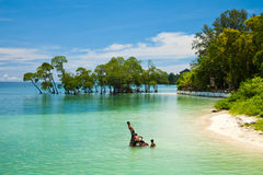 Bambini che giocano nell'acqua Fotografie Stock Libere da Diritti