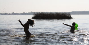 Bambini che giocano nell'acqua Immagini Stock Libere da Diritti