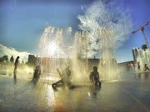 Bambini che giocano nell'acqua Fotografia Stock Libera da Diritti