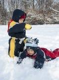 Bambini che giocano nella neve Immagini Stock Libere da Diritti