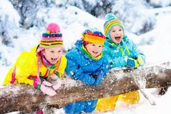 Bambini che giocano nella neve Gioco di bambini all'aperto in precipitazioni nevose di inverno Fotografia Stock