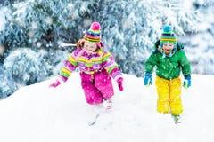 Bambini che giocano nella neve Gioco di bambini all'aperto in precipitazioni nevose di inverno Fotografia Stock Libera da Diritti