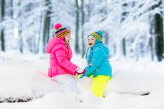 Bambini che giocano nella neve Gioco di bambini all'aperto in precipitazioni nevose di inverno Fotografie Stock Libere da Diritti