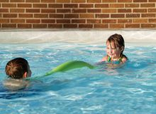 Bambini che giocano nella piscina fotografie stock