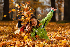 Bambini che giocano nella sosta di autunno Immagini Stock