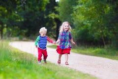 Bambini che giocano nella sosta di autunno Fotografie Stock