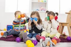 Bambini che giocano nella stanza immagine stock libera da diritti