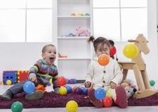 Bambini che giocano nella stanza Immagine Stock