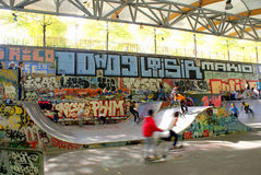 Bambini che giocano nello skatepark, Parigi, Francia Fotografie Stock